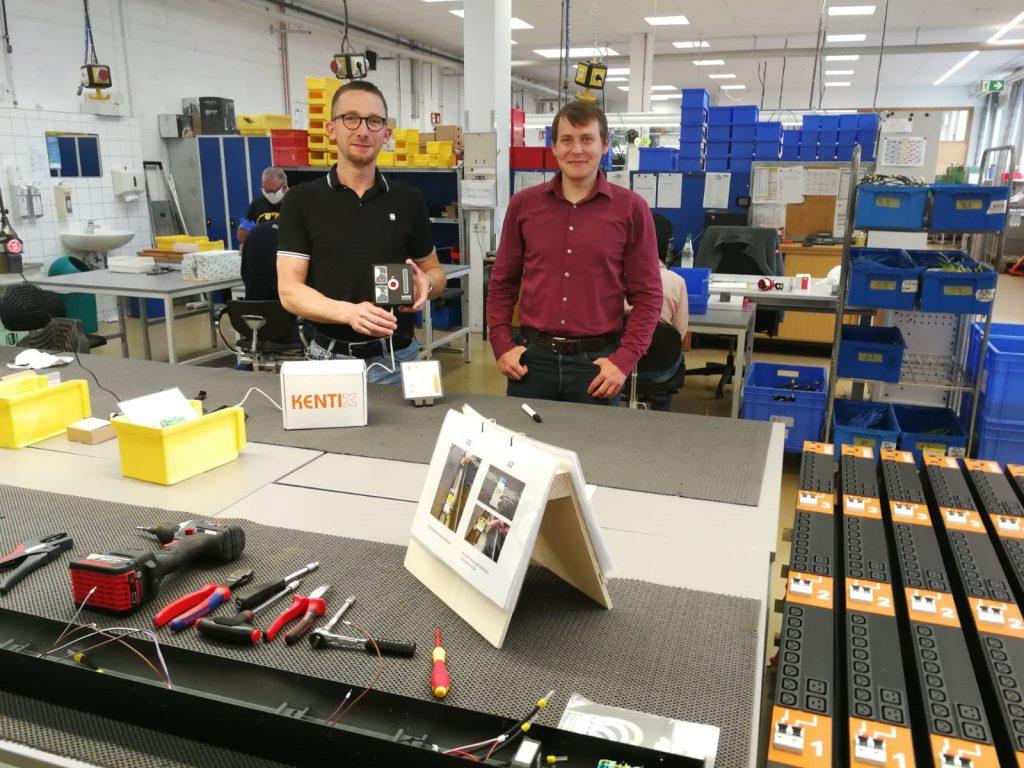Werkstattleiter Heiko Schacht mit Herrn Adriano Carrella von der Firma KENTIX bei der Übergabe des SmartXcan, in den Räumen der NHW-Göttschied. Für das Übergabe-Foto durfte auch kurz der Mund-Nasen-Schutz abgenommen werden.